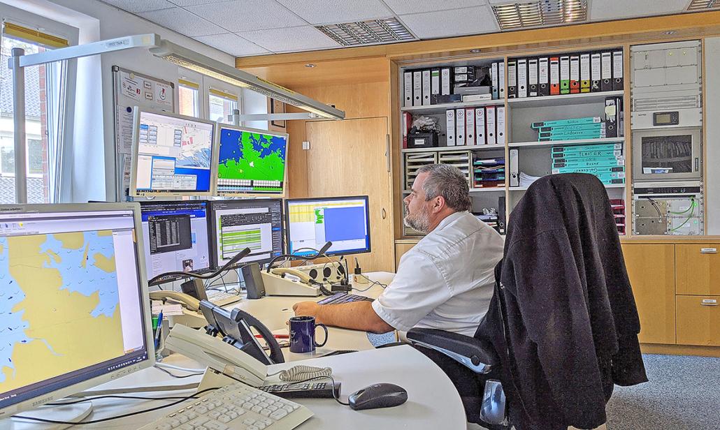 Seenotretter Nils Schneider beobachtet in der Seenotleitung Bremen unterschiedliche Bildschirme.