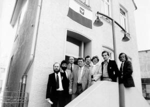 Die Mitglieder der Bremer Solidarnocz stehen vor dem Eingang ihres Büros.