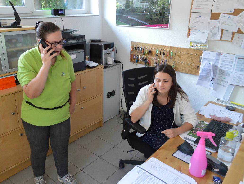 Das Foto zeigt Katrin Kieper (links) und ihre Kollegin Olivia Becker in der Rezeption des Campingplatzes Oyten.