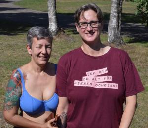 Tauschen gerade das Zelt gegen einen Wohnwagen: Sonja Ebeling (links) und Claudia Meyer.