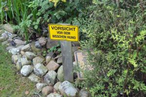 Vorsicht vor dem Hund – das Schild spricht für sich.