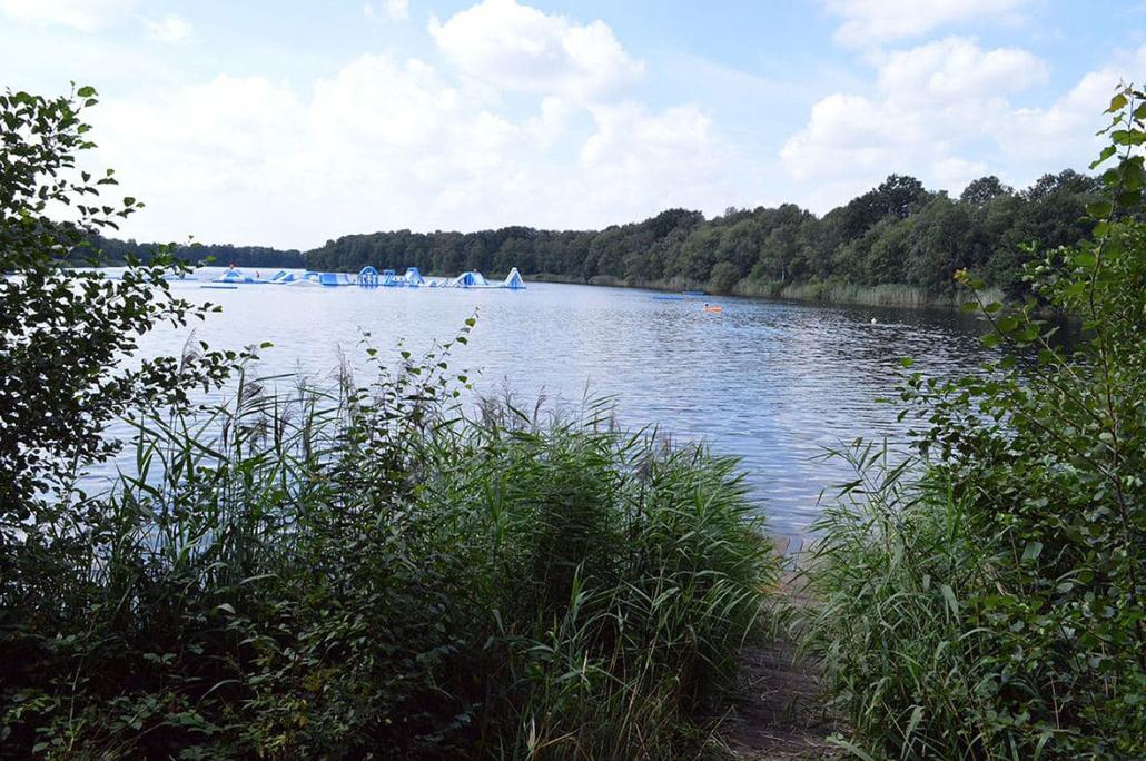 Idyllisch – der See von der linken Seite.