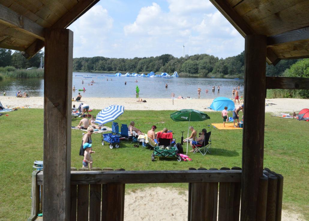 Der Badesee mit Blick vom Spielplatz.
