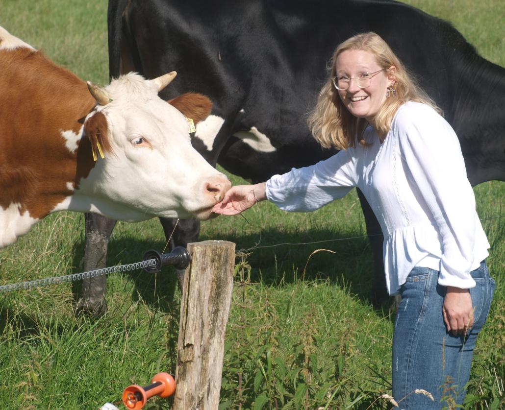 Vikarin Gudrun Nikolaus streichelt eine Kuh.