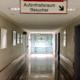 Das Foto zeigt den Gang zu einer Station im Krankenhaus.