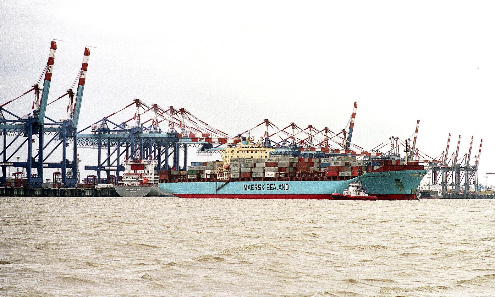 Ein Containerschiffe legt in Bremerhaven an.