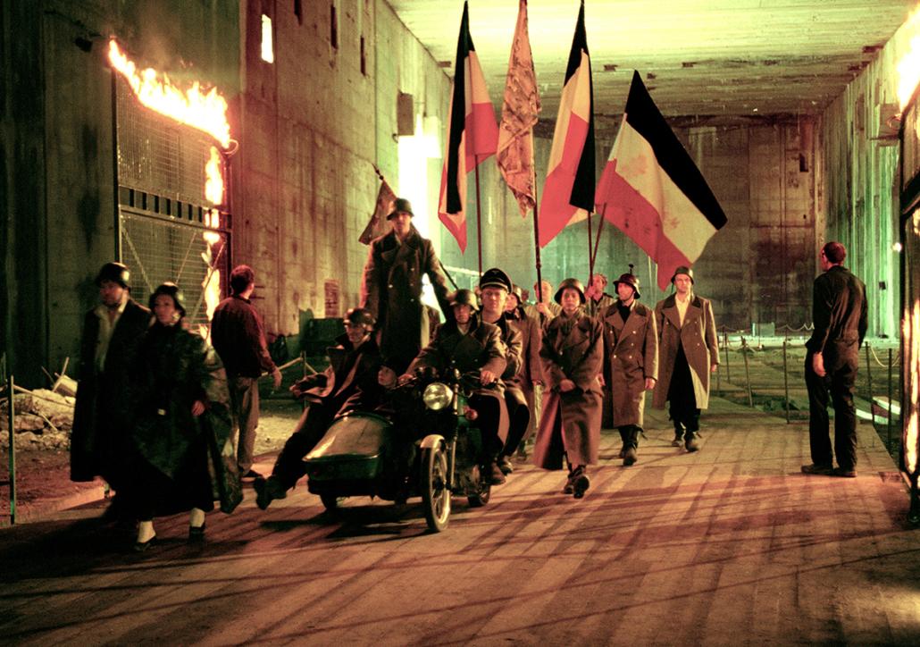 Soldaten mit Fahnen im Bunker