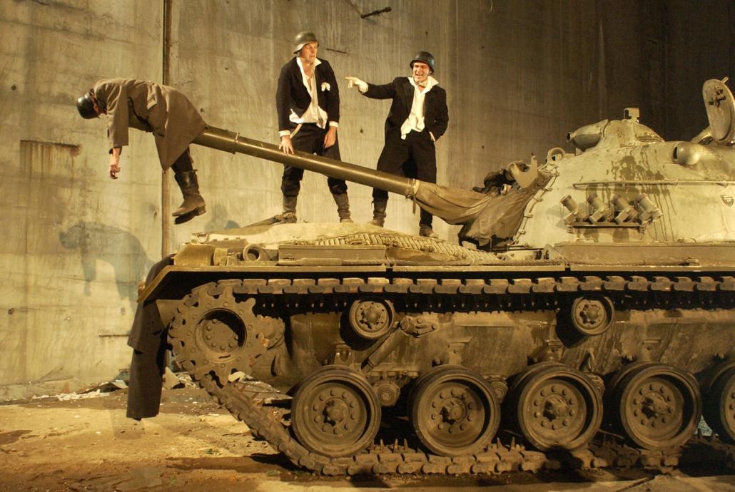 Menschen auf einem Panzer.