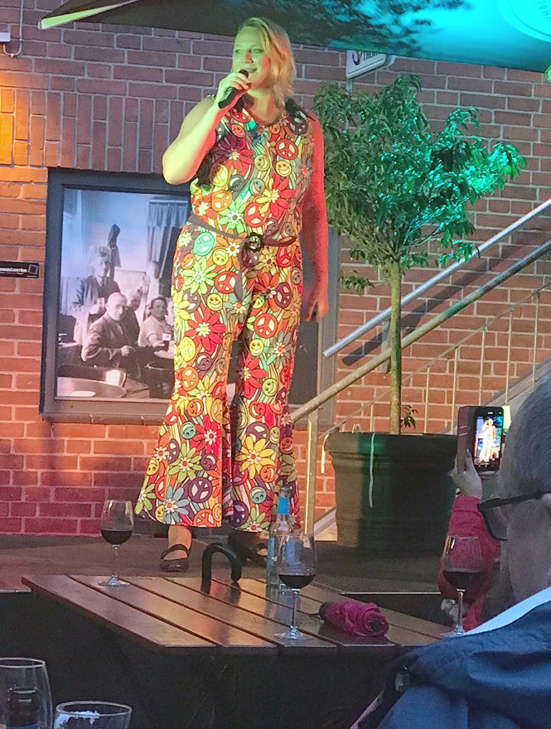 Claudia Geerken vom HafenRevue Theater singt.