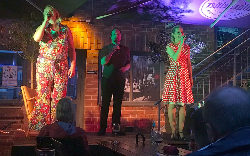 Die Mitglieder des HafenRevue Theater singen bei einem Freiluftkonzert.