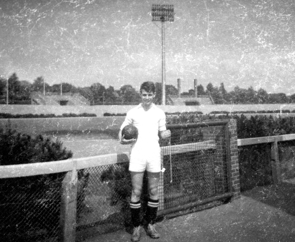 Klaus-Dieter Fischer als jugendlicher Fußballspieler. Im Hintergrund ist das Weserstadion zu sehen.