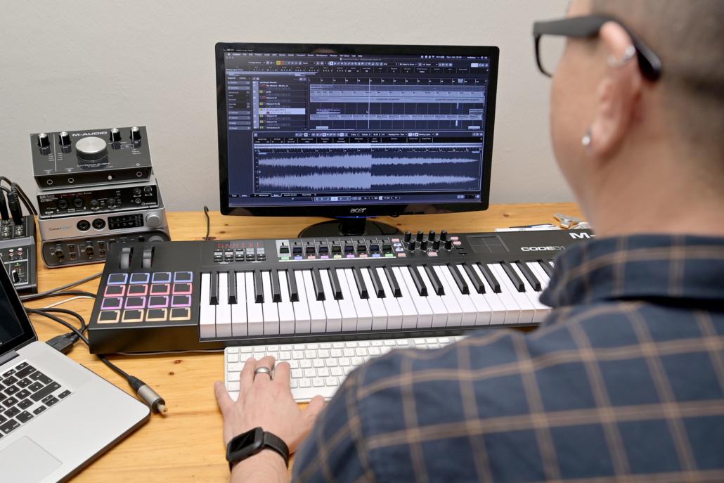 Andi Pique beim bearbeiten von Sound-Dateien