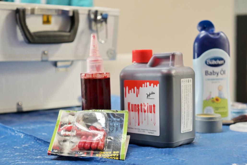 Im großen Schminkkoffer befindet sich alles, was die RUND-Gruppe braucht, um Krankheitsbilder darzustellen.