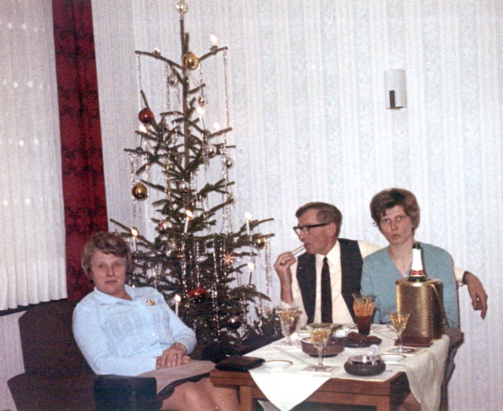 Eine Familie in den 60er-Jahren am Weihnachtsbaum.