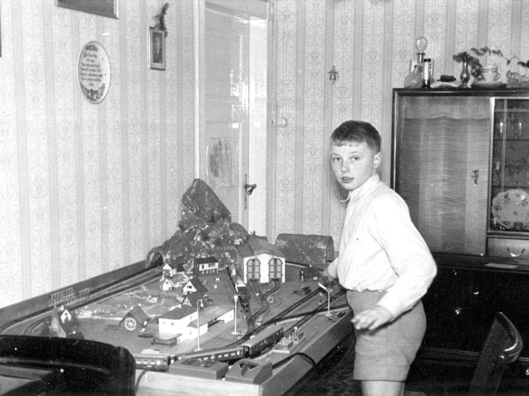 Ein Junge in den 50er-Jahren mit seiner Eisenbahn.