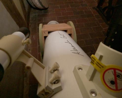 """Ein Teleskop für den Blick in die Sterne mit einem Autogramm von """"Astro Alex"""" Alexander Gerst."""
