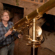 Romke Schievink an einem historischen Teleskop. Alle Einstellungen müssen von Hand vorgenommen werden.