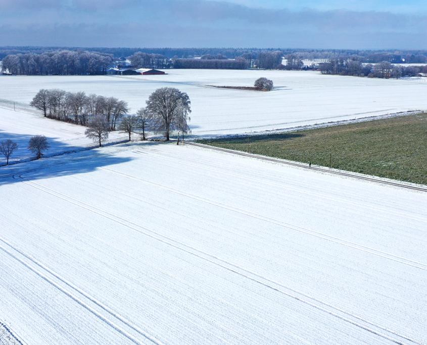 Winterliche Landschaft mit der Drohne aufgenommen.