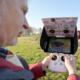 Über den Monitor sieht Eberhardt Schumann was die Drohnenkamera gerade aufnimmt. Über die Joysticks wird sie gesteuert.