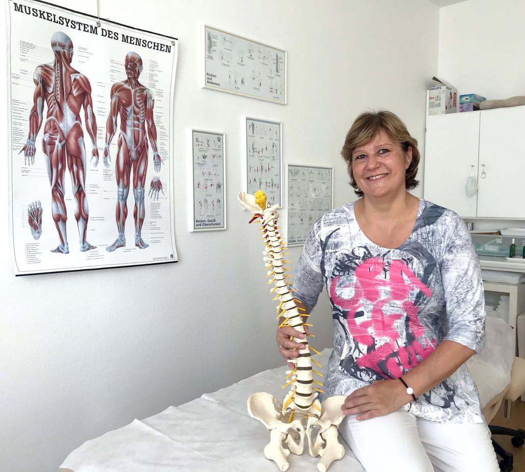 Aniko Blum hält ein Wirbelsäulenmodell in der Hand.