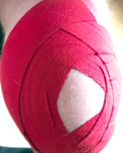 Ein rot getaptes Knie.