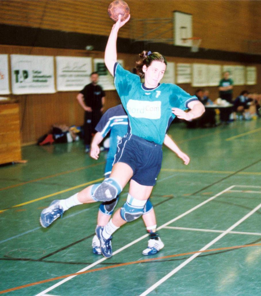 Eine Handballspielerin wirft vom Kreis auf das Tor.