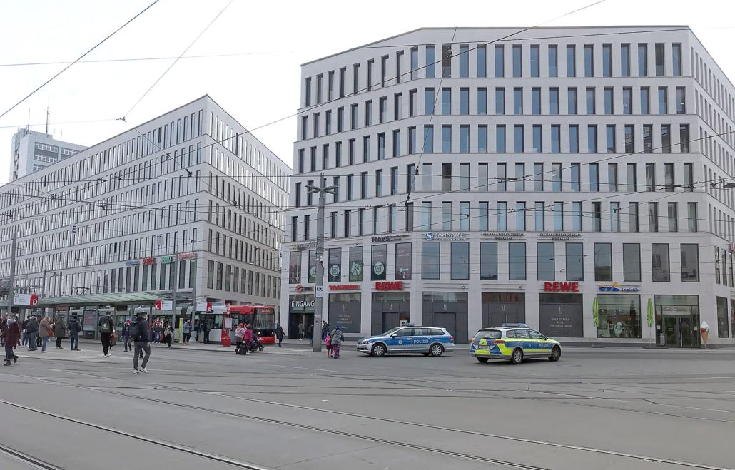 Das City-Gate in Bremen mit Polizeiwagen im Vordergrund.