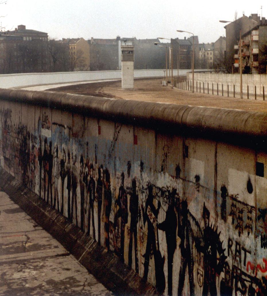 Berliner Mauer mit Wachturm.