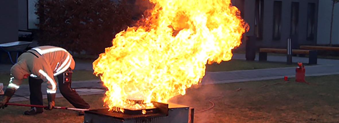 Eine hohe Stichflamme aus einem Brenner.