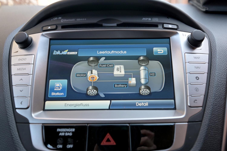 Das Display ist die Schaltzentrale für: Navi, Radio, Telefon und Details über den Antrieb.