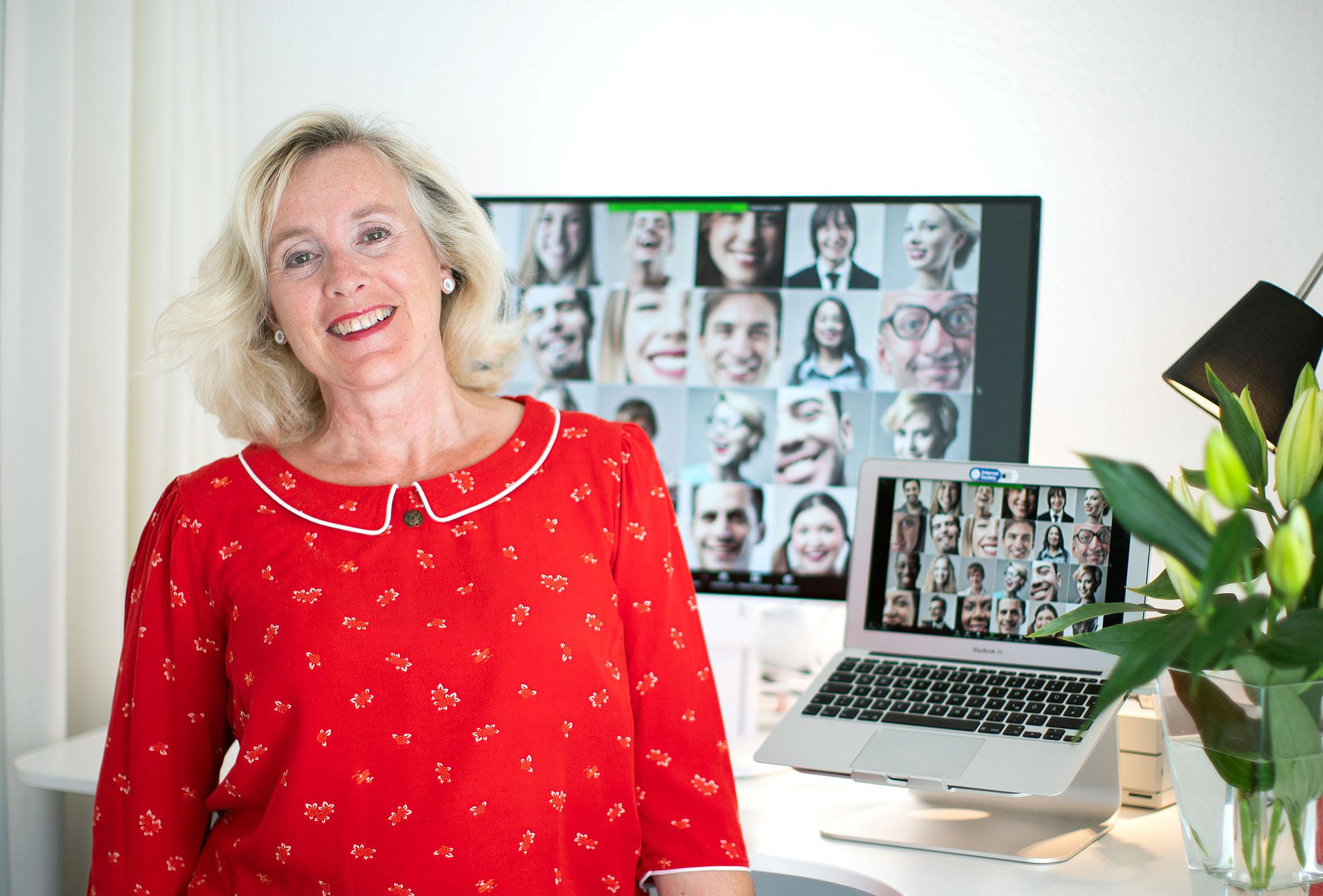 Helle Rothe in ihrem Büro