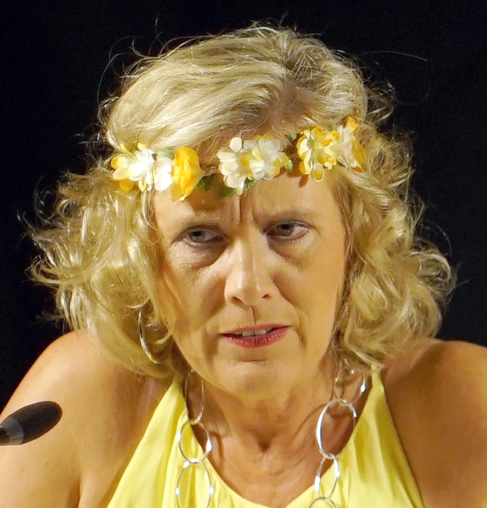 Helle Rothe mit einem Blumenband auf dem Kopf.