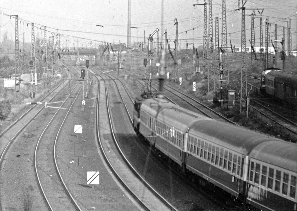 Ein Zug fährt von Halle nach Berlin.