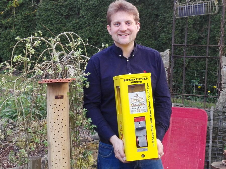 Sebastian Everding mit dem von ihm entwickelten Bienenautomaten