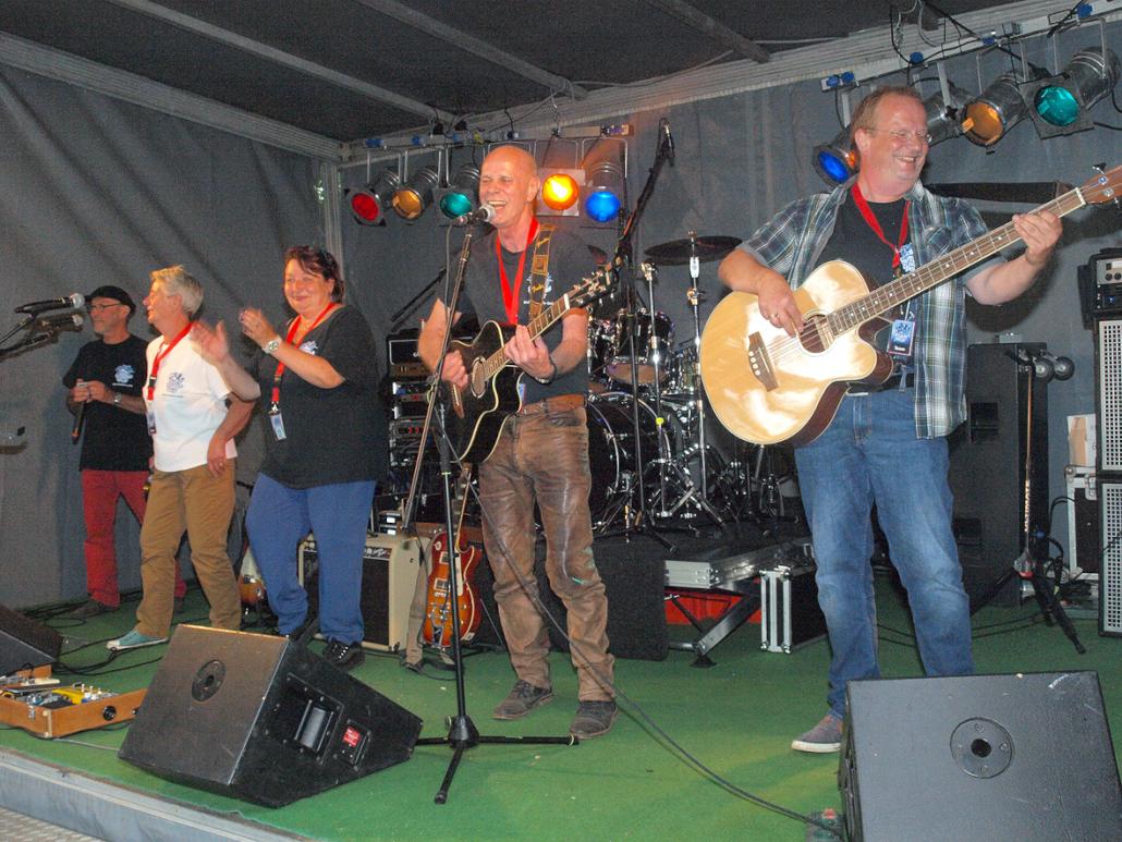 Eine Band spielt auf einer Bühne.