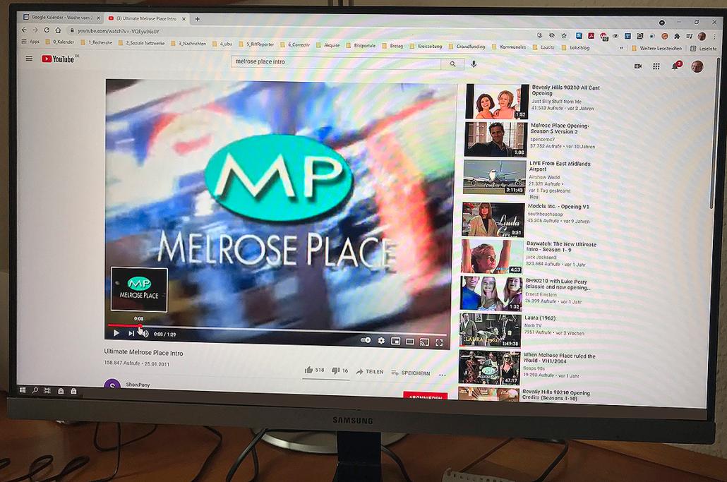Auf dem Bildschirm läuft der Vorspann der Serie Melrose Place