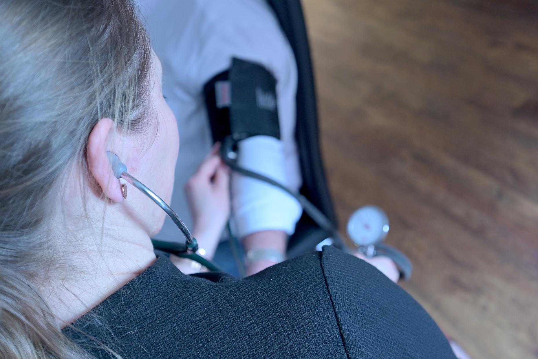 Dr. Yvonne Könenkamp übernimmt eine Hausarztpraxis und misst