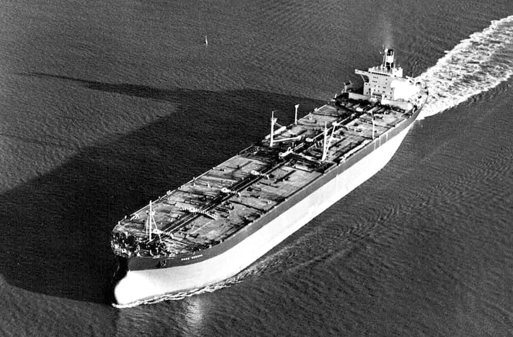 Ein Tanker fährt auf dem Meer.