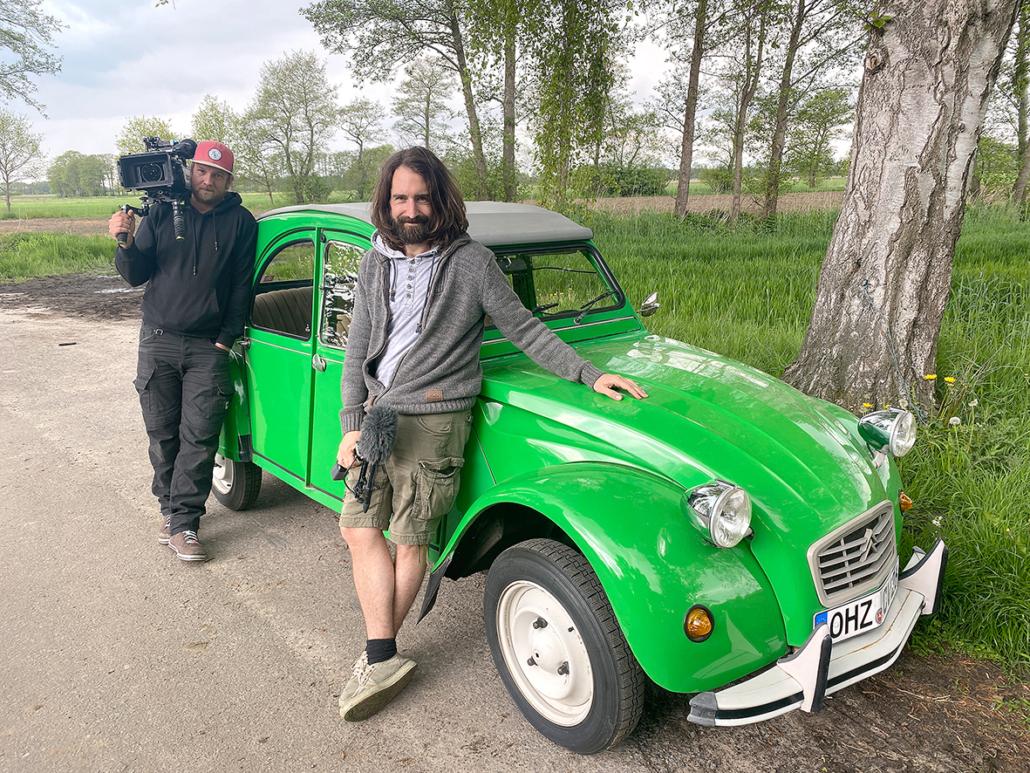 Kameramann Jörn Steinhoff und Freddy Radeke stehen vor der grünen Ente