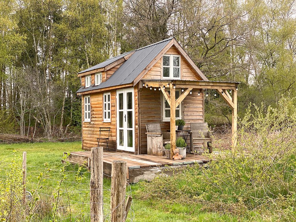 Ein Tiny House steht in einem Garten
