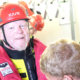 Ein Mann in Überlebensanzug mit Helm.