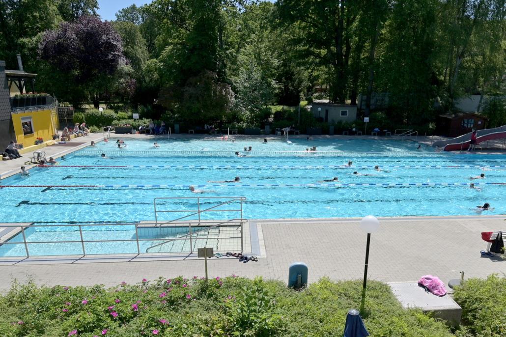 Schwimmen in Zeiten von Corona: Diszipliniert nacheinander und mit Abstand.