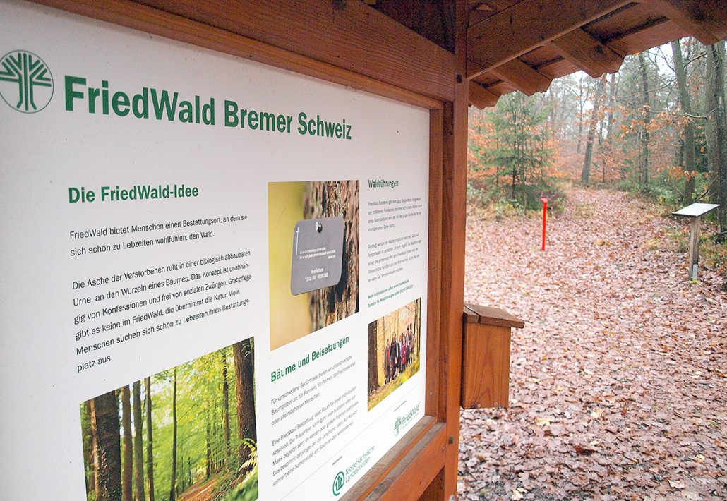 Ein Hinweisschild weist auf einen Friedwald hin.