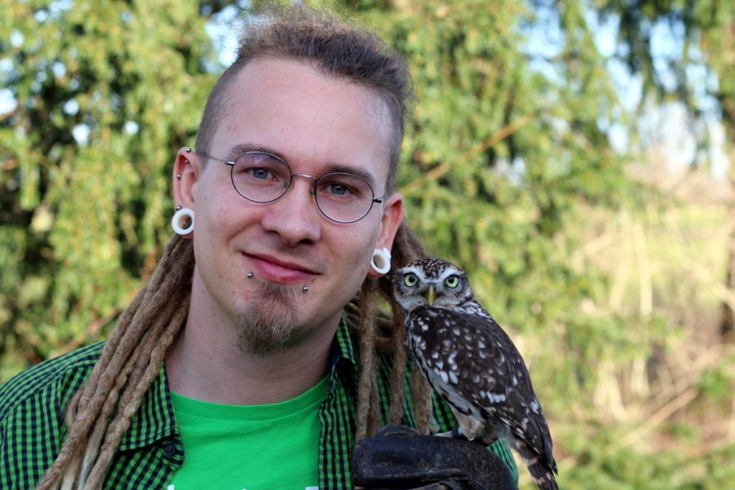 Diakon Jannik Joppien mit Steinkauz Nox