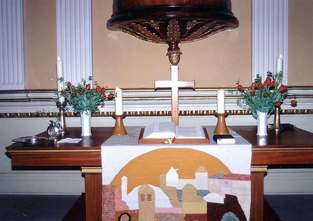 Ein Altar mit Holzschmuck in einer Kirche