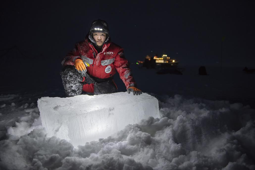 Forscherin der MOSAiC-Expedition vor einem Eisklotz