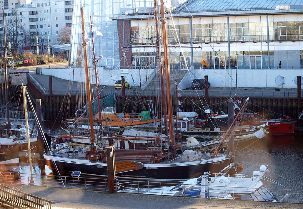 Schiffe im Vegesacker Hafen.