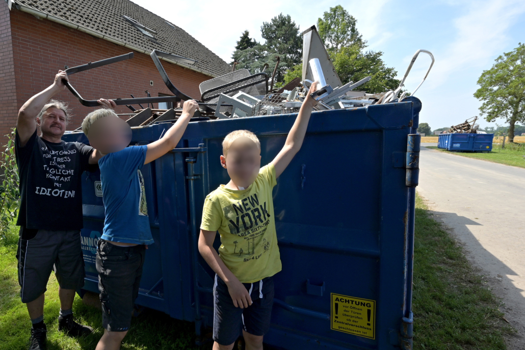 Bernd Klein (links) half beim Entladen und Befüllen der Container. Die beiden Gastkinder Tim (Mitte) und Finn hatten viel Spaß.