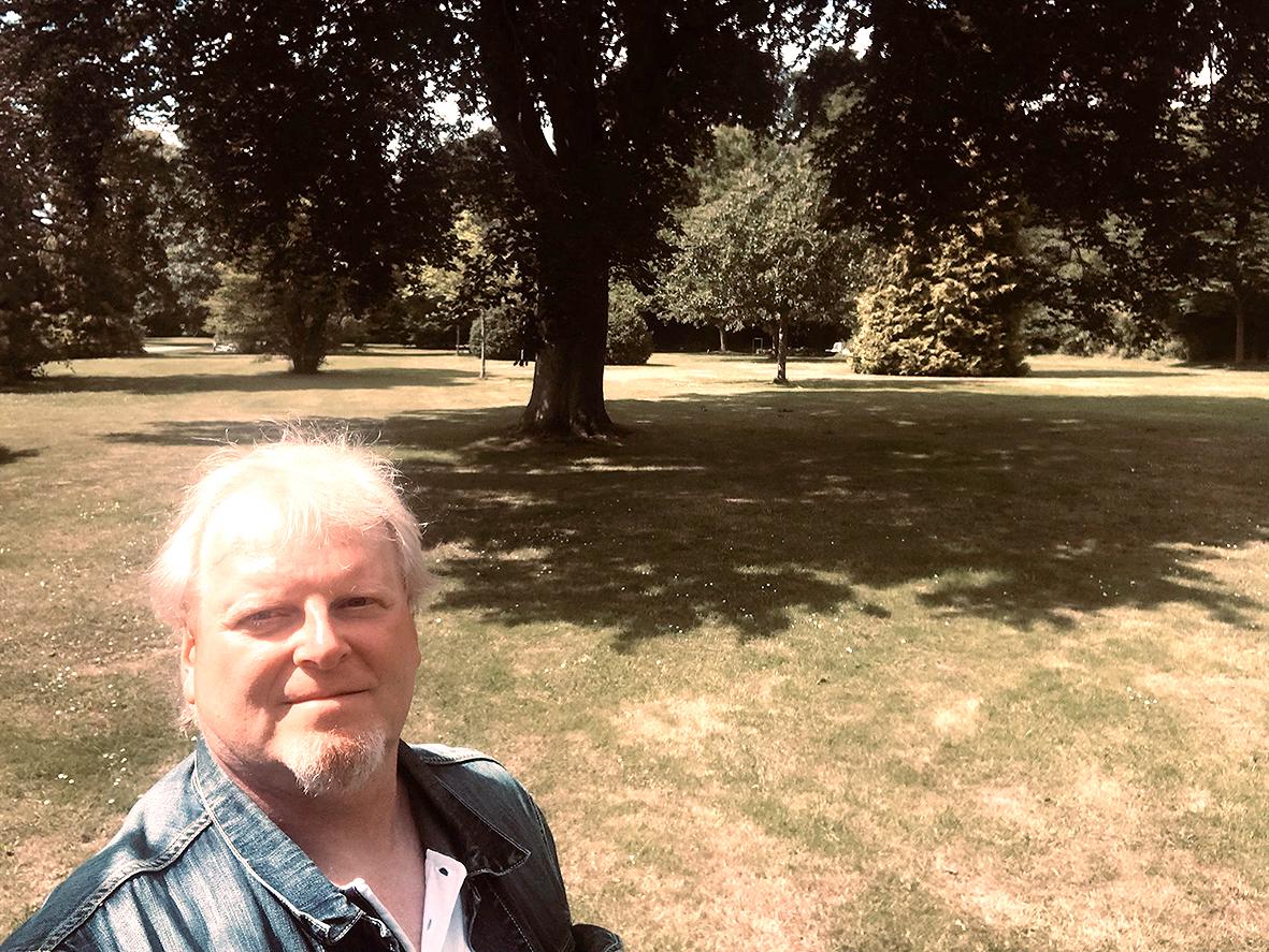 Ein Mensch in einem Park.