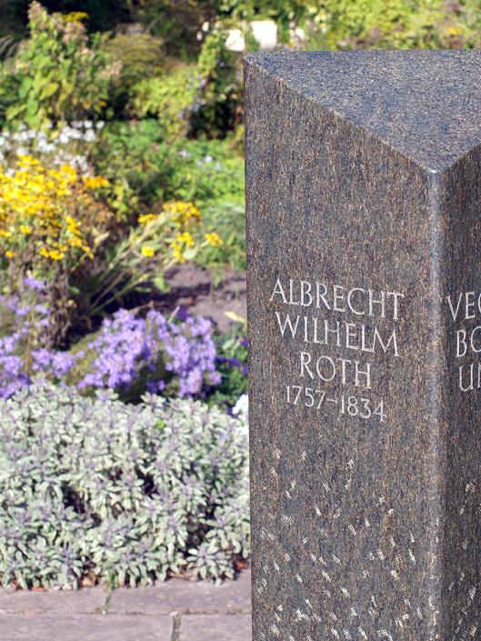 Ein Gedenkstein aus Marmor für Albrecht Roth.